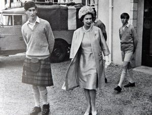 PRINCE CHARLES AND THE QUEEN AT GORDONSTOUN...SEE STY...COLLECT PIC JOLLY NORTHPIX